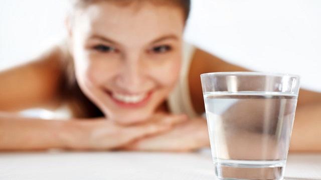 【惊】睡前喝水可能是形成眼袋的第一元凶